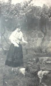 María Vázquez vestida con traxe típico.